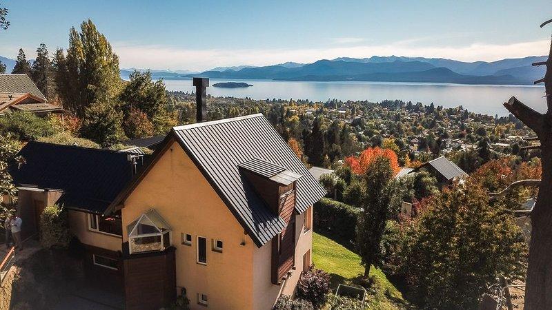 Calida y confortable casa en la montaña , con vista al lago y a las montañas., aluguéis de temporada em Villa Campanario