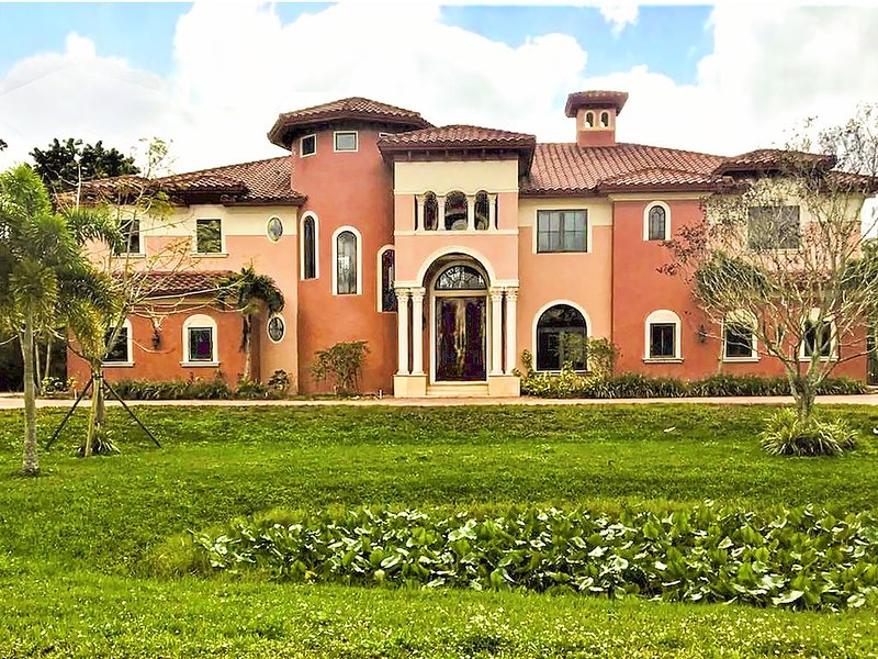Stunning Mediterranean-Style Mansion in Plantation Acres Community, holiday rental in Green Meadow