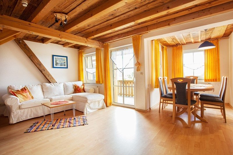Erkerwohnung (80qm) im Obergeschoss mit Südbalkon und Infrarotsauna, holiday rental in Treffelstein