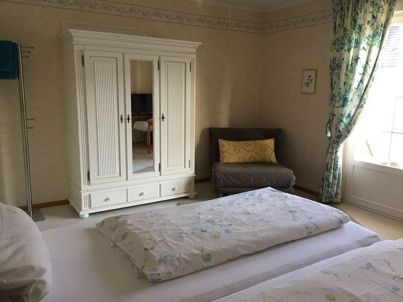 Doppelzimmer mit Flachbild TV und Etagenbad, Ferienwohnung in Augst