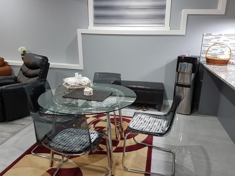 Prestigious Chestermere 10 minutes to Calgary and close to Banff ,Alberta, holiday rental in Chestermere