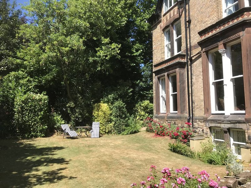 2 bedroom apartment with garden close to Lark Lane and city centre, alquiler de vacaciones en Liverpool