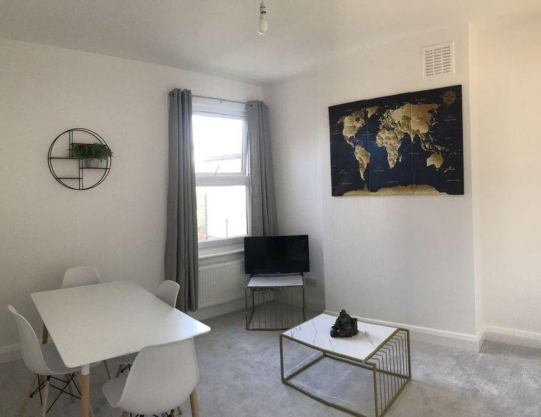Large one bedroom apartment close to Bromley South  station, aluguéis de temporada em Beckenham