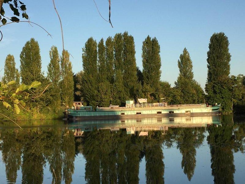 -- La Timonerie d'une péniche sur l'Yonne --, holiday rental in Sainte-Colombe