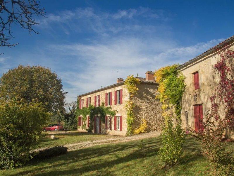 Grande maison avec belles vues et piscine privée, alquiler vacacional en Saint-Ferme