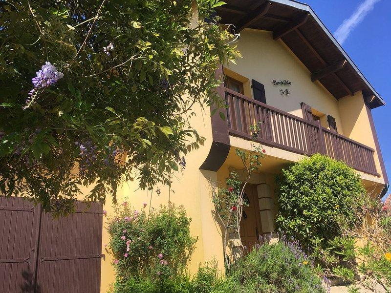 belle chambre à  5 mn bayonne et  plages avec sdb privée ds maison avec jardin, holiday rental in Boucau