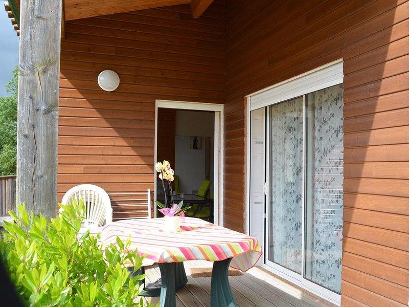 LE CHALET BLEUET POUR 4/6 PERSONNES, holiday rental in Roquecor