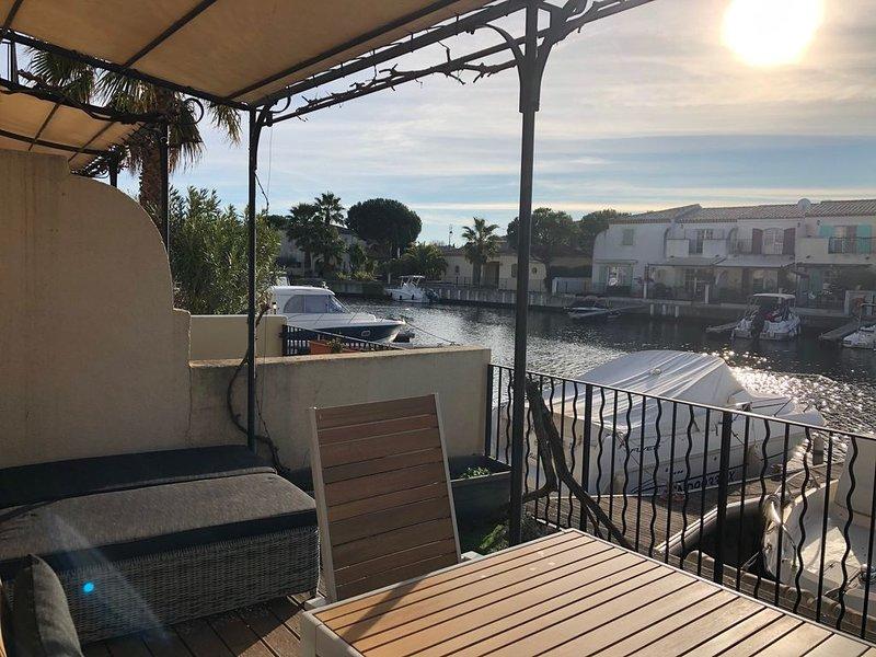 Très jolie maison située sur une presqu'île dans une marina pleine de charme, holiday rental in Saint-Laurent-d'Aigouze