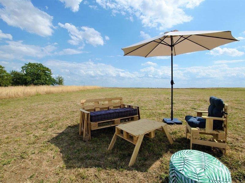 Cottage à la campagne à proximité des lacs, du vignoble et du parc NIGLOLAND, holiday rental in Aube