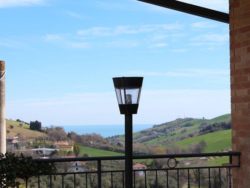 Deliziosa mansarda su villino indipendente con vista mare e colline di Fermo, holiday rental in Fermo