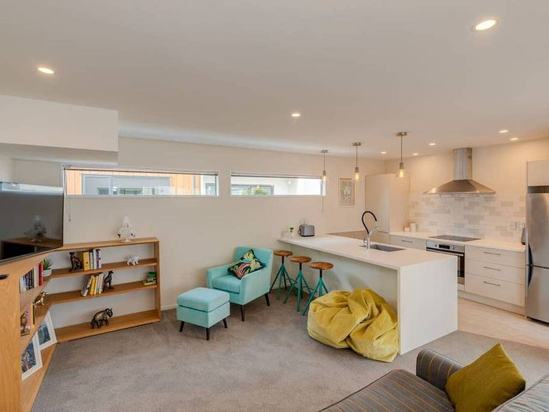 Stylish modern home with Netflix and gym near Central City, vacation rental in Christchurch