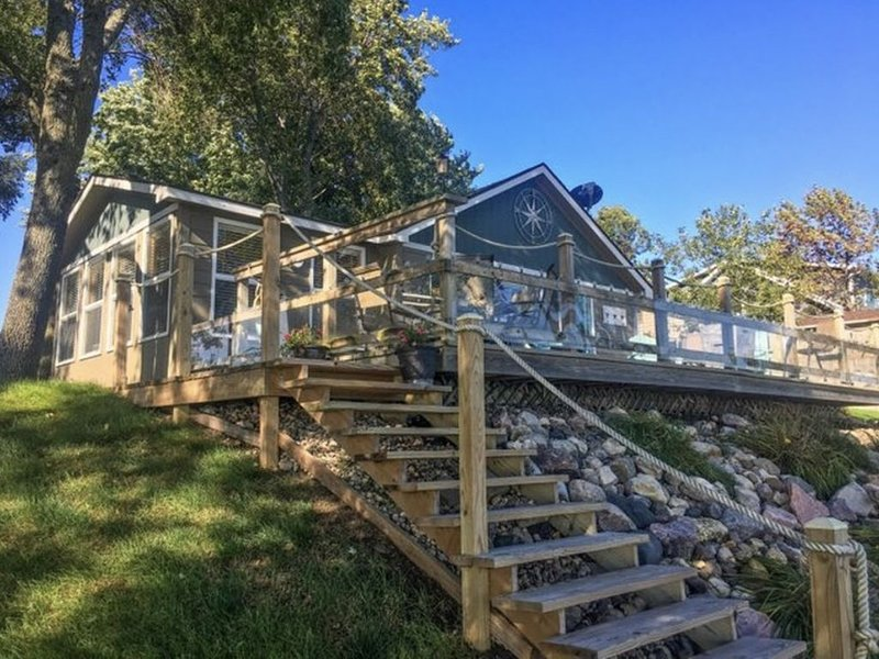 Private lake front property with huge patio!, holiday rental in Lake Norden
