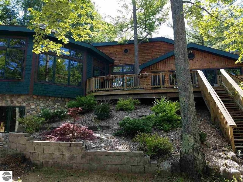 Lake frontage on beautiful Lake Ann near Traverse City, Michigan, holiday rental in Lake Ann