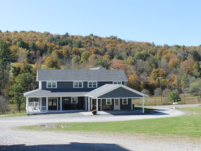 Dewing Farmhouse - Stunningly Restored Historic Farmhouse- Trails, alquiler de vacaciones en Tioga County