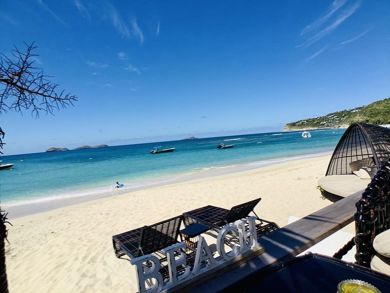 EDEN ROC BEACHFRONT VILLA right in the white sand, private beach, sp, 2 bedrooms, location de vacances à Pointe Milou