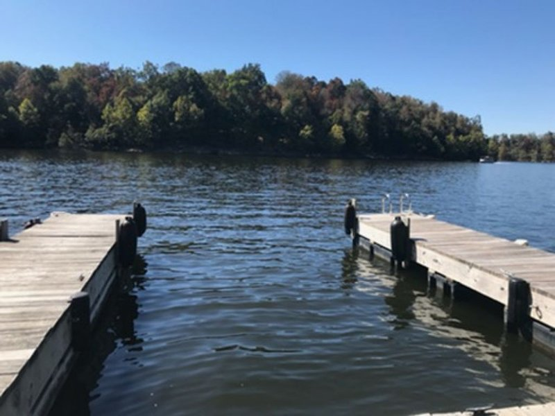 New to market! Cozy updated Lake Front home. Beautiful lake views, kid friendly!, alquiler de vacaciones en Leitchfield