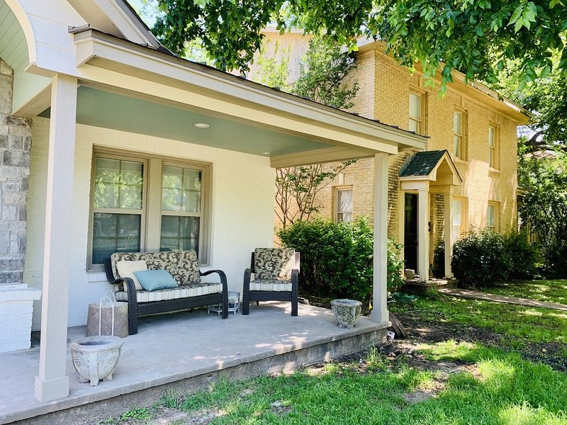 Escape the city! Enjoy small town living at its best! Renovated Tudor cottage!, holiday rental in Laguna Park
