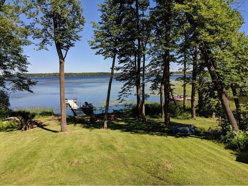 Sun, Fun, Fish, ATV, Relax! 3 bed+ Getaway, huge private lot, firepit,  & dock!, aluguéis de temporada em Aitkin