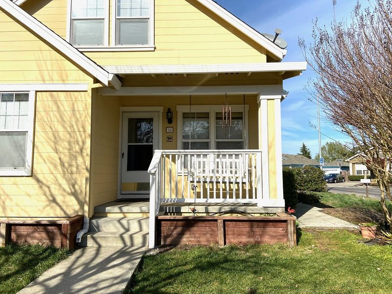Central, Tranquil, Sunny Home on Greenbelt, vacation rental in Novato