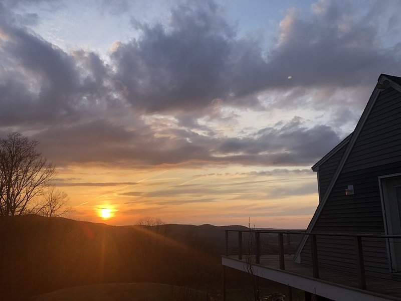 Modern Retreat with Stunning Western Views, holiday rental in Lanesboro