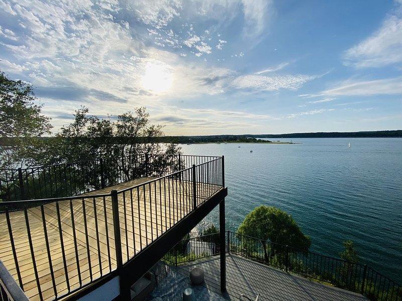 Quiet & Secluded! Lakefront! Relaxing Retreat on Lake Travis! Privet Boat Dock!, alquiler de vacaciones en Lakeway