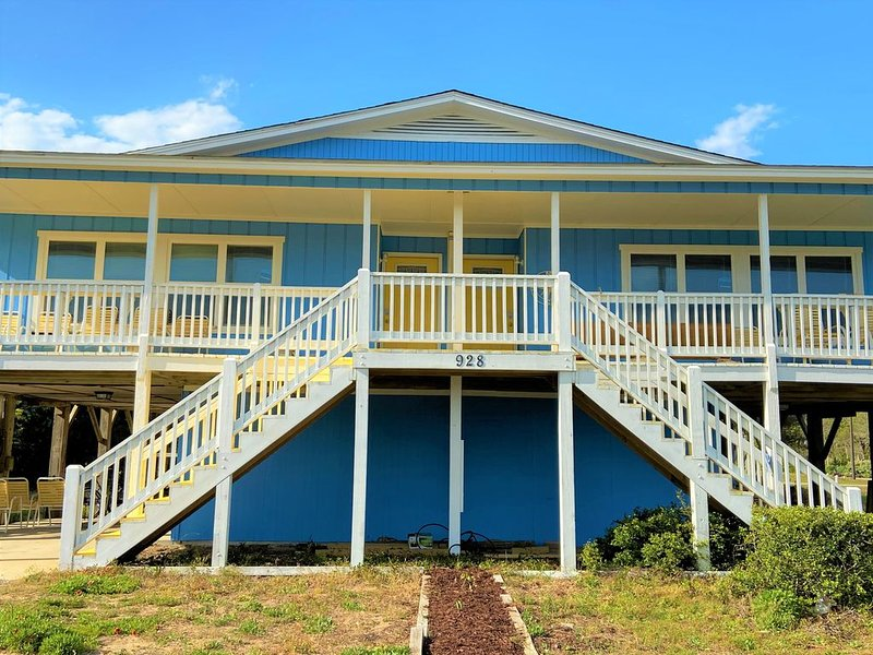 Welcome to Blue Skies! Just 50 paces to the white sands of Oak Island Beaches, holiday rental in Oak Island