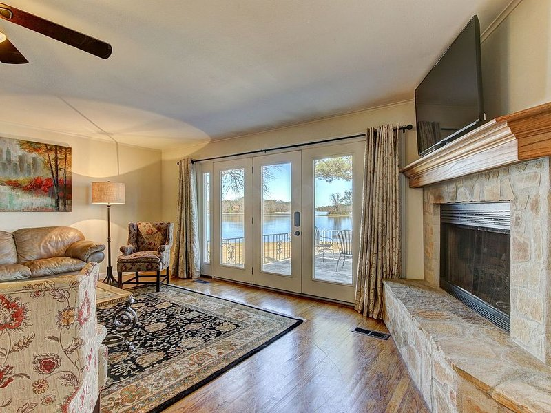On a point, beautiful lake views from every room. Prettiest spot on the lake!, holiday rental in Lake Hamilton