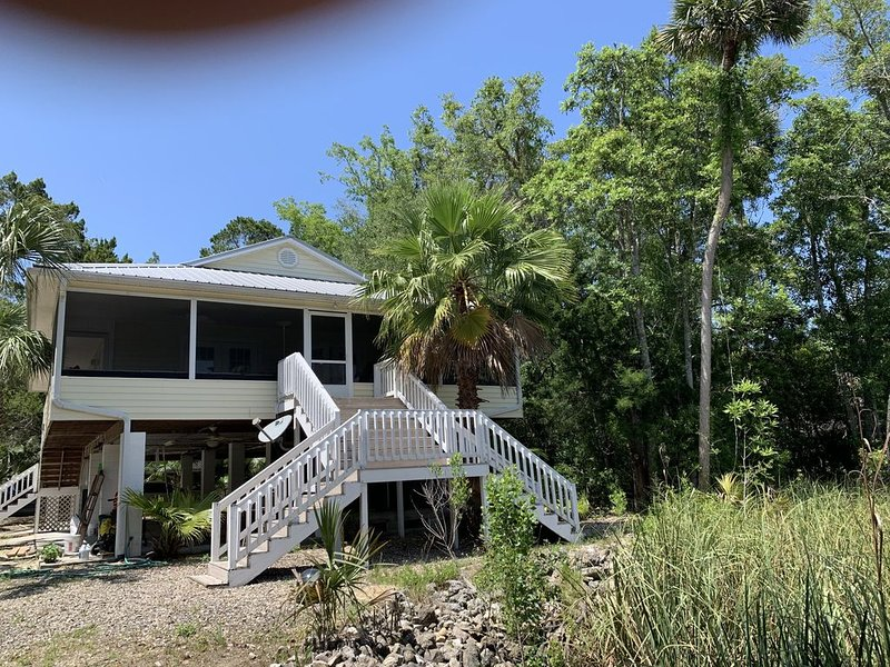 Newly Remodeled Home With Amazing Porch Views!, alquiler de vacaciones en Steinhatchee