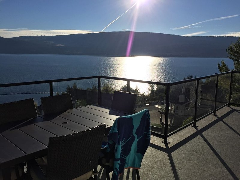 La Casa 3-level Cottage with Stunning Okanagan Lake View, vakantiewoning in South Fintry