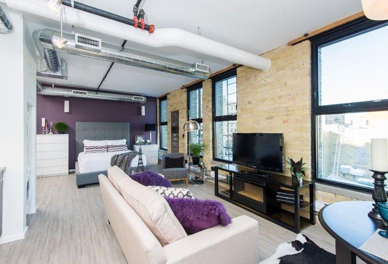 Urban Studio Loft on top floor in the Exchange District, alquiler de vacaciones en Winnipeg