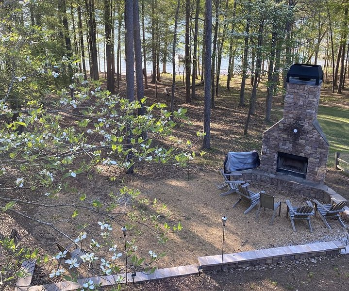Lake House Bliss!  3BR+loft/3Bath, dock, hot tub, outdoor fireplace, kayak, holiday rental in Eastanollee