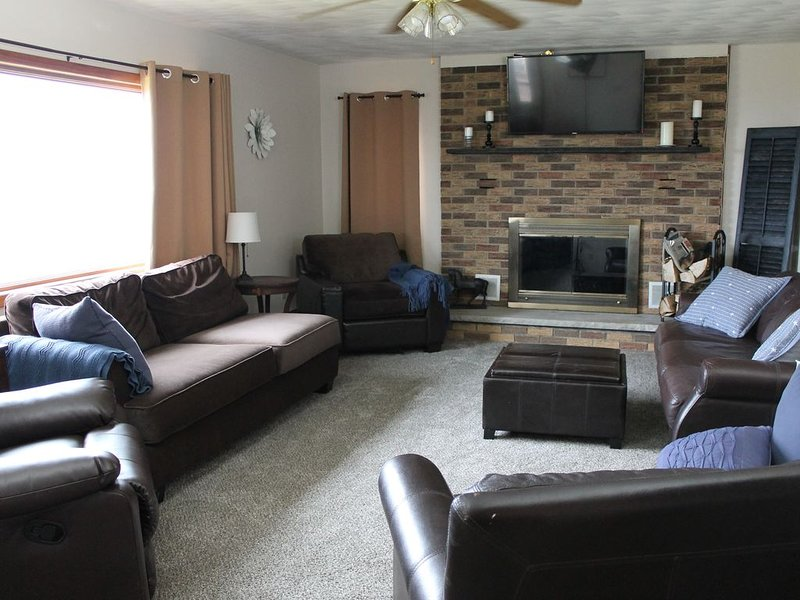 Hilltop Million $ View! Fireplace, Hot Tub, Pool Table, Clean, Cozy, Full Equip, alquiler de vacaciones en Tioga County