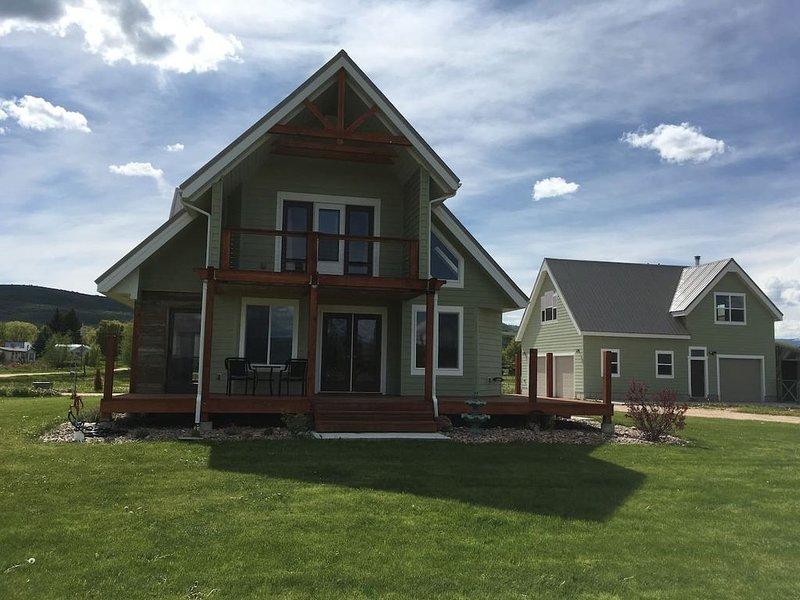 Beautiful Bear Lake House, with big grassy yard, 4 mins to North Beach., alquiler vacacional en Dingle
