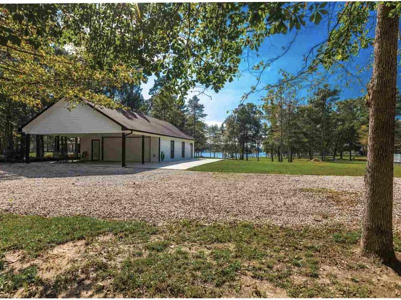 Scenic Lakefront 5 miles from Millcreek boat ramp  Great for fishermen!, casa vacanza a Bronson