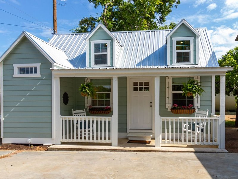 Stonewall Country Cottage as seen on TV's Cash Pad!, holiday rental in Hye
