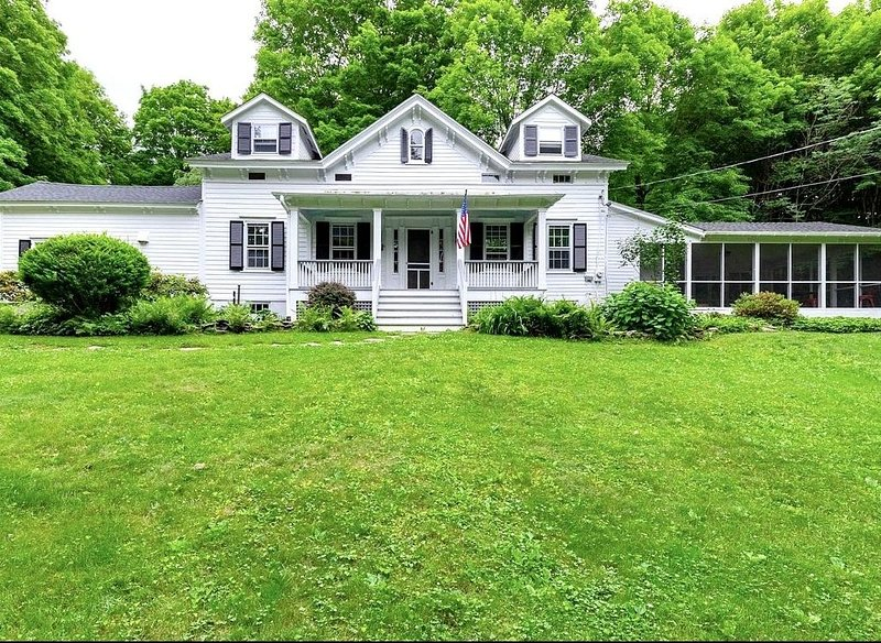 Charming Farmhouse  - 4 mins from Millbrook village, dogs allowed, vacation rental in Clinton Corners