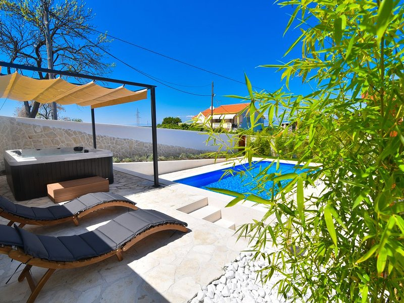 Villa - 3 bedrooms with private pool, sauna, jacuzzy, private parking near sea, Ferienwohnung in Debeljak