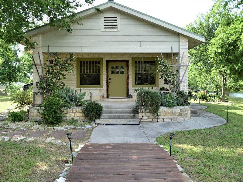 Mesquite Creek Beautiful Eclectic  3 Bed 2 Bath Home!, location de vacances à Martindale