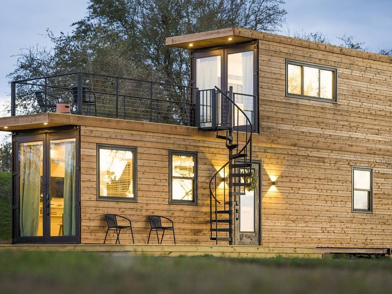 """Cool River"" Helm™ model Container Home 12 minutes to Magnolia/Baylor, location de vacances à Waco"