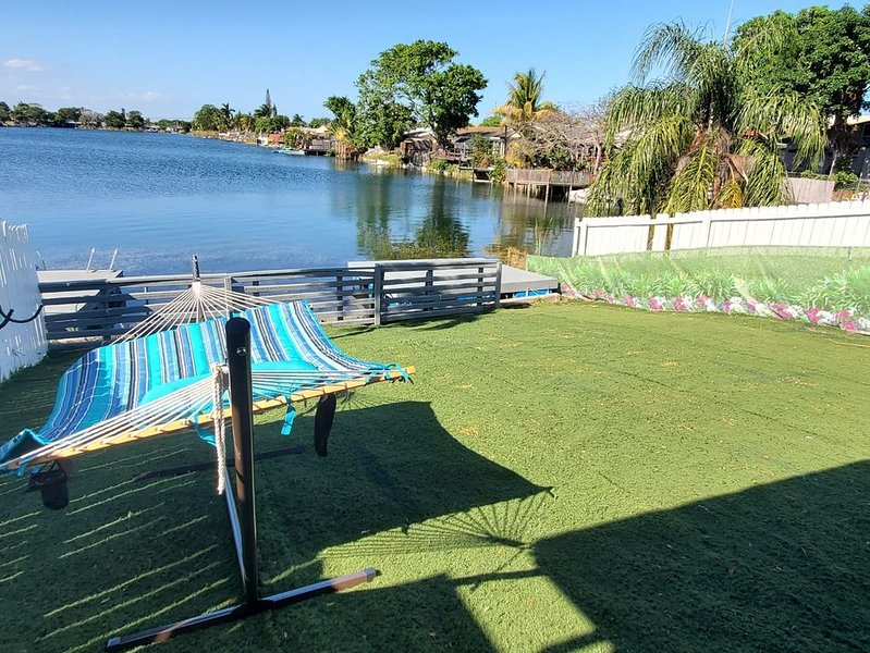 3/2 Lake House with Water Activities And Docking Area 2 Near Hard Rock Casino, holiday rental in Dania Beach