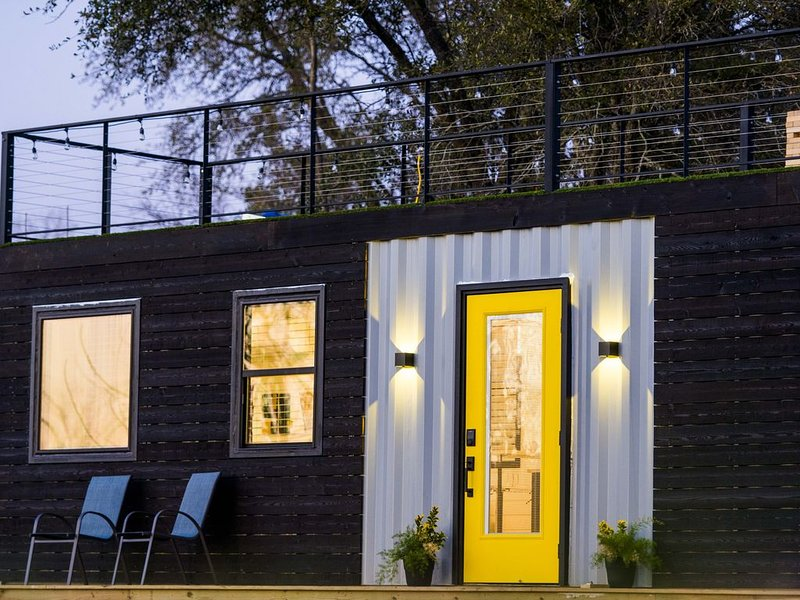 'The Zephyr' Tiny Container Home 12 min to Downtown Waco, holiday rental in Waco