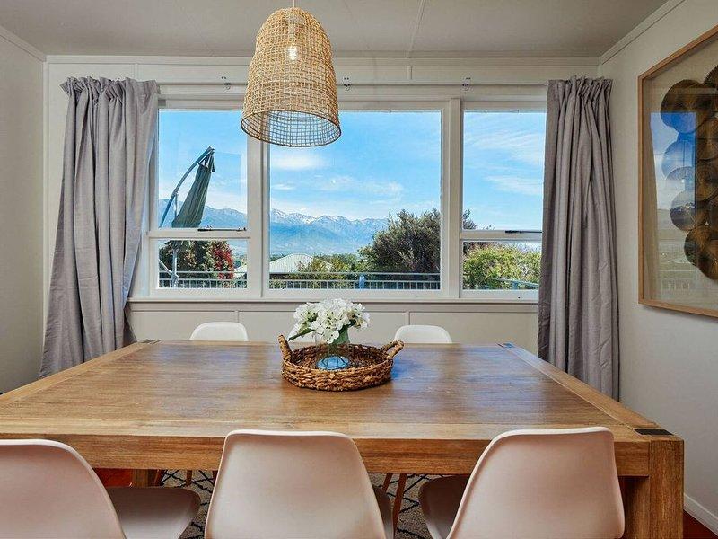 Classic Kiwi Bach + Breathtaking Mountain Views!, vacation rental in Kaikoura