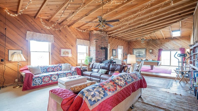 Big Family Lodge near ARK Sleeps 16, alquiler de vacaciones en Crittenden