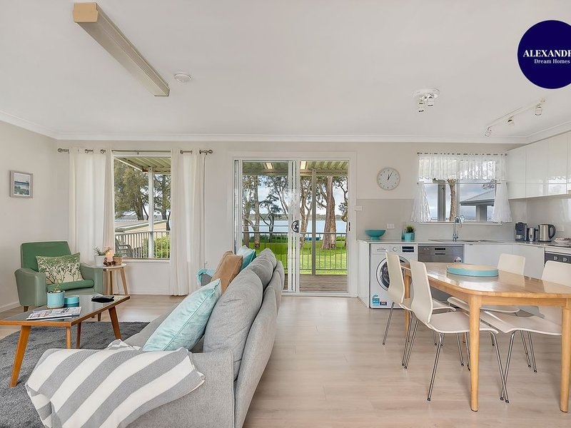 LAKE FRONT HOME // RELAX & UNWIND, holiday rental in Mannering Park