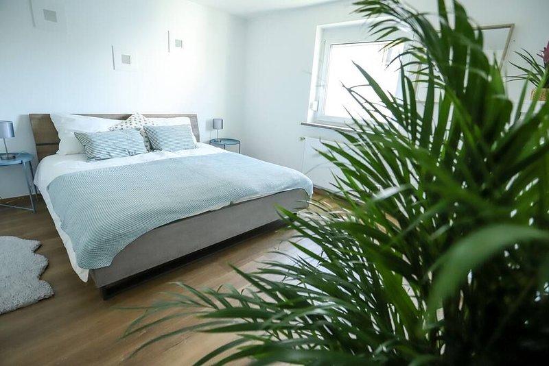 Das zweite Schlafzimmer mit gemütlichem King-Size Bett.