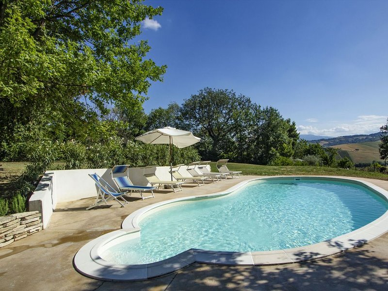Delightful Holiday Home in Cossignano with Swimming Pool, holiday rental in Offida