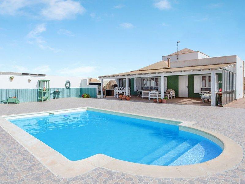 Charmante Villa 'Casa Campo' mit Bergblick, WLAN, Garten, Terrasse, Balkon und P, holiday rental in Tetir