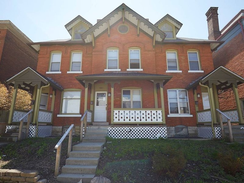 Huge 4 BR 1.5  BA house in Heart of Downtown, holiday rental in Gahanna