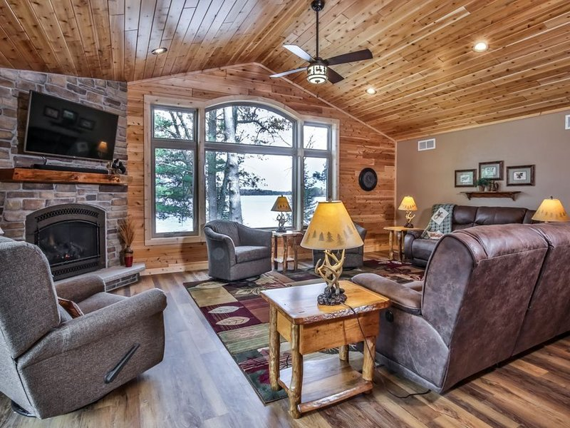 Nature's Edge: Beautiful Lake Home - Built in 2018 - Free Firewood & Wi-Fi, holiday rental in Star Lake