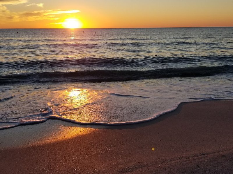 Bonita Beach is OPEN! Stroll to Sunsets at Surf's Edge! Family & Boat Friendly!, vacation rental in Bonita Springs